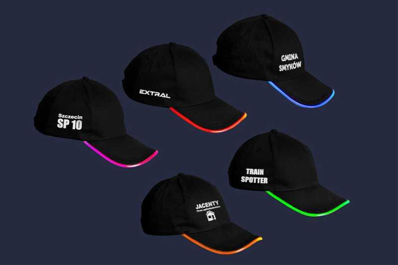 Czarne, bawełniane czapki z daszkiem LED - w nocy - różne kolory - przykłady nadruku