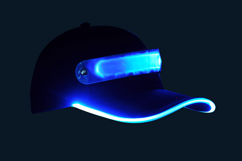 Czapka baseballówka z niebieskim LED wokół daszka - w nocy