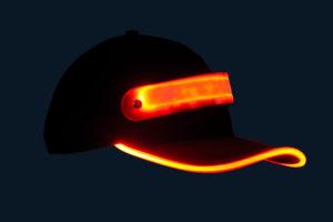 Czapka baseballówka z czerwonym LED wokół daszka - w nocy