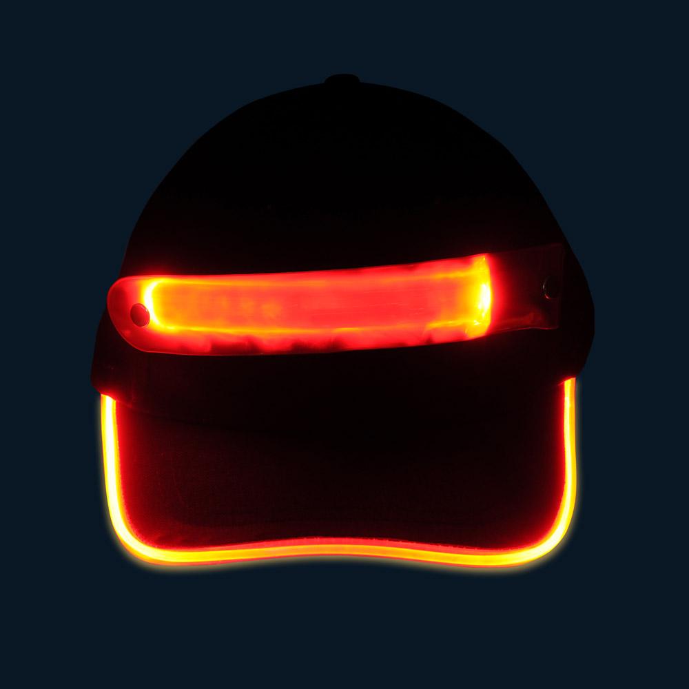 Czapka baseballówka z czerwonym LED wokół daszka - w nocy - przód