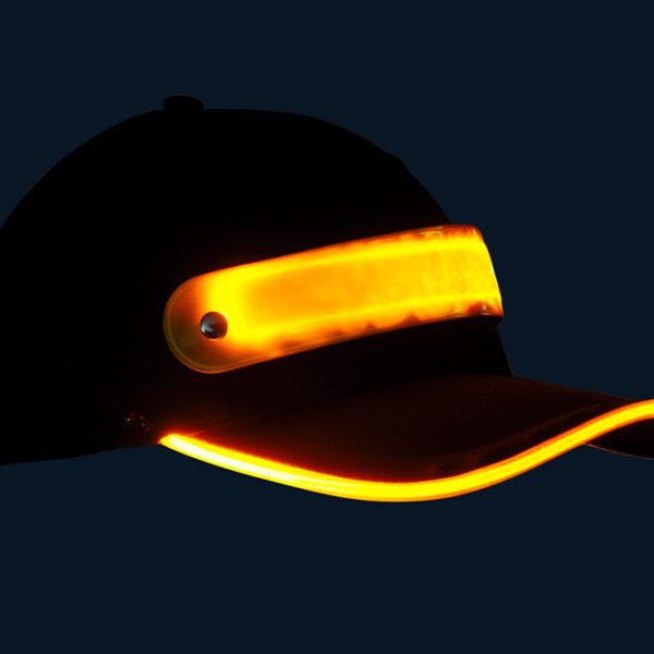 Czapka baseballówka z żółtym LED wokół daszka - w nocy