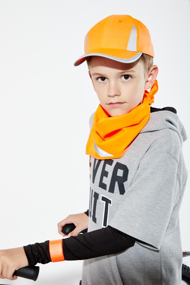 Pomarańczowa czapka odblaskowa MIKI dla dzieci - zdjęcie sesja