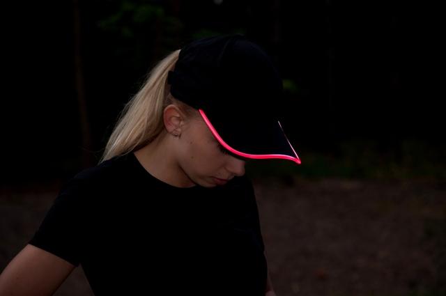 Czarna, bawełniana czapka z daszkiem LED  - zdjęcie sesja