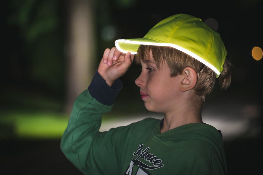 Żółta czapka odblaskowa MIKI dla dzieci - zdjęcie sesja